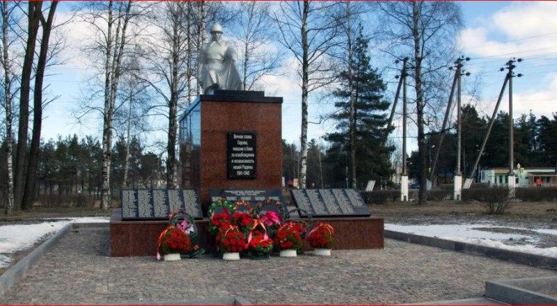 Братская могила в Белоруссии, где среди 333 красноармейцев и партизан похоронен и крымчанин Алексей Головко.
