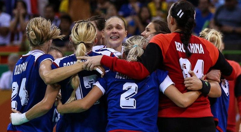 Вот так девушки из сборной России по гандболу отмечают победу над чемпионками мира из Франции.