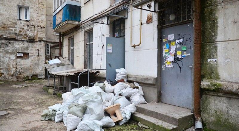 Санитарное состояние подъездов и придомовой территории - один из самых частых поводов для жалоб на управляющую компанию.