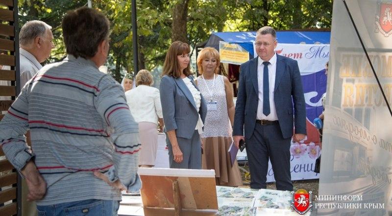 Министр внутренней политики, информации и связи РК Михаил Афанасьев осмотрел выставку в сквере возле библиотеки.