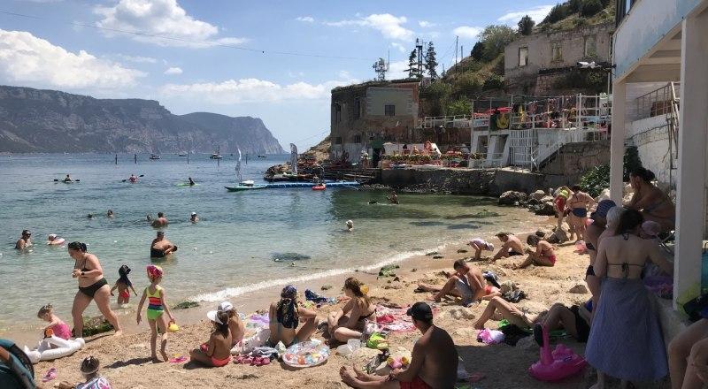 Бесплатные пляжи Крыма заполнены отдыхающими. Но туристов так много, что они пытаются забраться и на лечебные в санаториях. Фото автора.