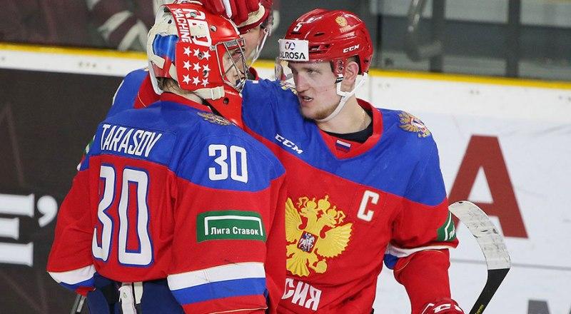 Капитан молодёжной сборной России Клим Костин (на снимке справа) «благословляет» на подвиги своего стража ворот Вадима Тарасова.