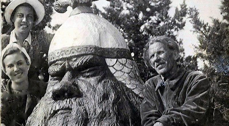 Павел Безруков с дочерьми Татьяной и Ольгой в Долине Сказок у Головы Великана.