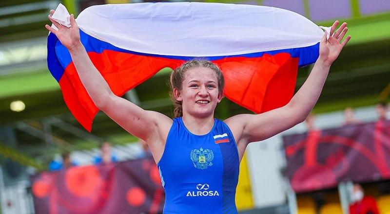 Вот такой счастливой была Алина Касабиева, когда арбитры провозгласили её чемпионкой Европы среди молодёжи.