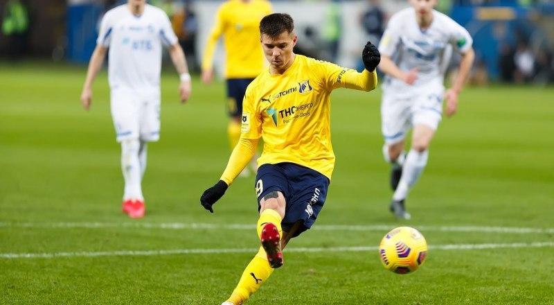 Вот так забивает один из трёх своих голов в ворота динамовцев Москвы ростовчанин Дмитрий Полоз.