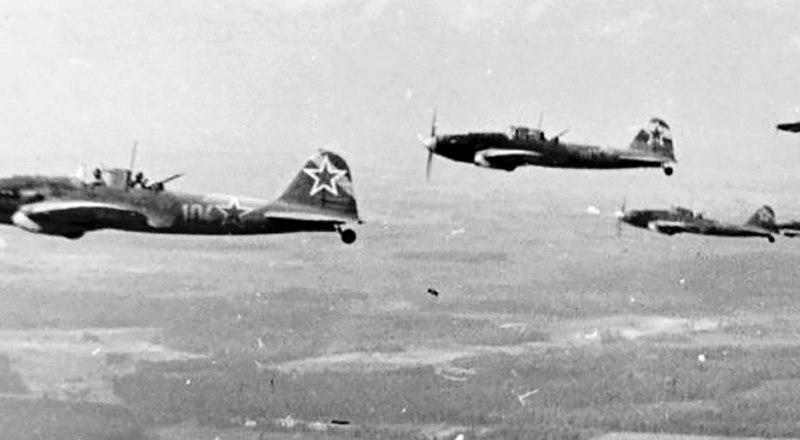 Штурмовики «Ил-2» 622-го авиаполка. На вертикальном оперении - широкие диагональные светлые полосы. На одном из них в последний бой вылетели Юрий (Георгий) Карлов и Иван Сальников.