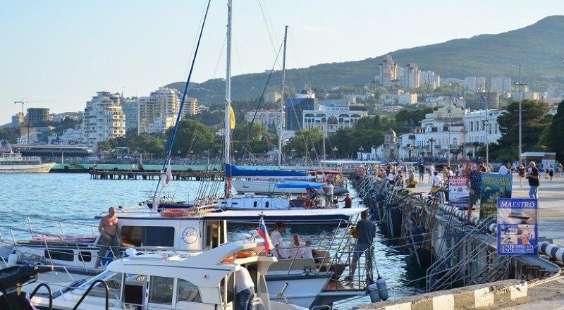 Практически все места для швартовки яхт в Крыму забронированы ещё с зимы.
