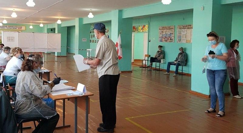Голосовали за изменения в Конституцию в масках, соблюдая социальную дистанцию. Фото с сайта saratov24.tv
