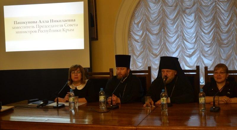 Вице-премьер Алла Пашкунова и депутат Госдумы Светлана Савченко на международных Рождественских образовательных чтениях в Москве.