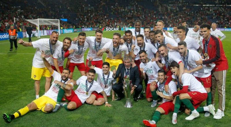 Первый владелец Кубка Лиги наций-2019 - сборная Португалии - после вручения желанного приза.