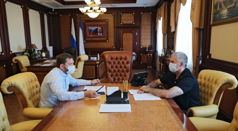 Глава республики Крым Сергей Аксёнов и  руководитель Федерального агентства по делам национальностей Игорь Баринов.