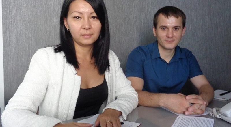 Специалисты НКО «Региональный фонд капремонта МКД в Республике Крым» Алмагуль Бикеева и Иван Коваленко.