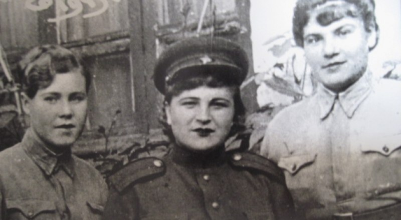 Екатерина Селищева (слева) с боевыми подругами.
