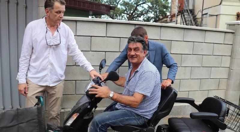 Инвалидную коляску Вадима Драгогевича унёс потоп. Ему подарили новый транспорт.