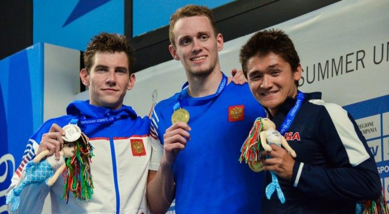 Вот он (в центре на снимке), чемпион Универсиады-2019 в плавании на 800 м и бронзовый призёр на дистанции 400 м вольным стилем, Антон Никитин.