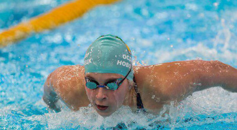 На дистанции - двукратная победительница фестиваля в Баку-2019 14-летняя пловчиха из Новокузнецка Александра Сабитова.