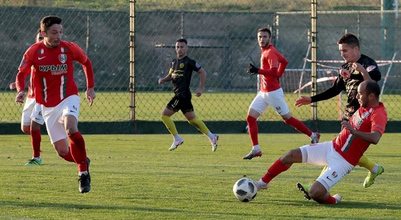 Играют лидер первенства» «Крымтеплица» и действующий чемпион КФС «горожане» из Евпатории.