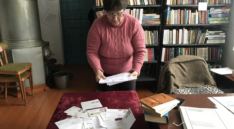 В селе Пчельники Советского района библиотеку до сих пор обогревают печкой.