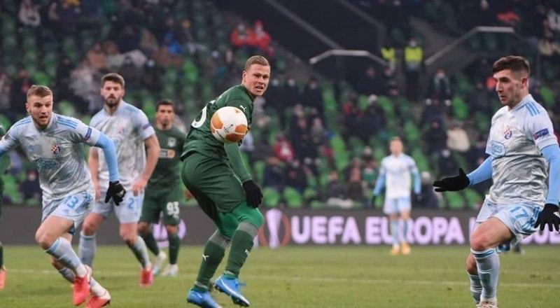 В матче «Краснодар» - загребское «Динамо» нередки были ситуации, когда одного игрока кубанцев атаковали трое хорватов (в светлой форме).