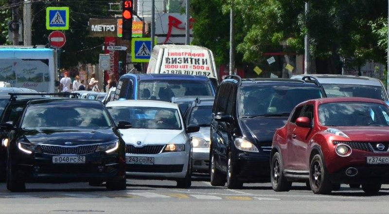 Льготные программы от правительства позволяют покупать машины дешевле. Минус - пробки на дорогах из-за большого количества автомобилей.