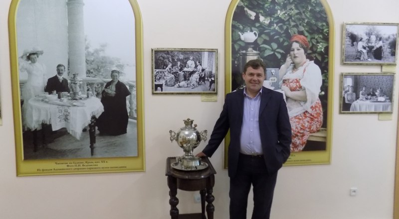 Гостей встречает директор музея Юрий Лаптев.