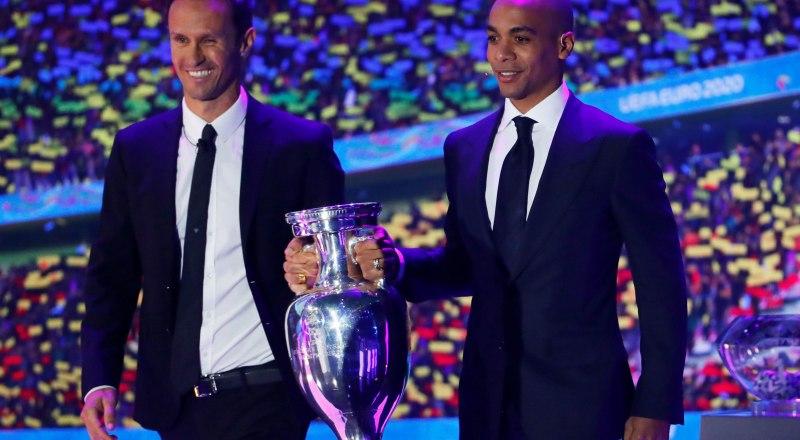 Вот таков он, Кубок чемпиона Европы, который во время жеребьёвки Евро-2020 футболисты сборной Португалии передали организаторам юбилейного чемпионата континента.