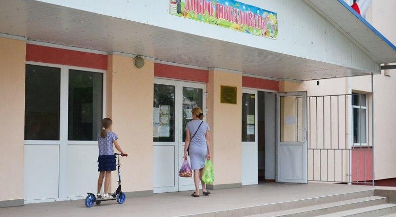 По правилам, чтобы попасть в школу, родители должны заранее договориться о визите с классным руководителем.