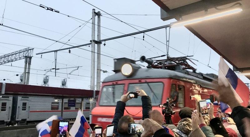 Так поезда в Крыму уже не встречают, но возможность передвигаться этим видом транспорта - подарок для всех жителей России.