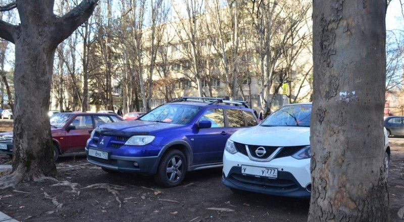 Чаще всего в парковки превращаются газоны в спальных районах и в центральной части города.