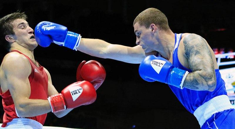 В атаке чемпион мира по боксу Глеб Бакши (на снимке справа).