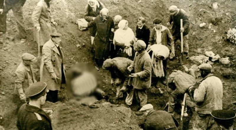 1944 год. Село Дубки под Симферополем - раскопки ям с телами убитых советских граждан. Фото Центрального архива ФСБ России.