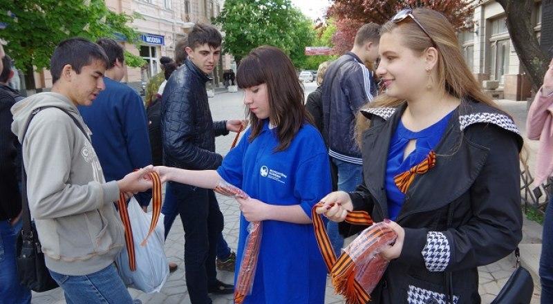 Повяжите Георгиевскую ленту в память о героях Великой Отечественной войны. Фото: Александра КАДНИКОВА.