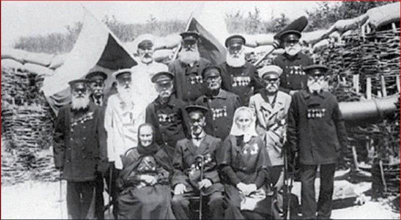 Даша Севастопольская (справа в первом ряду) с участниками обороны, Георгиевскими кавалерами. Фото 1911 года.