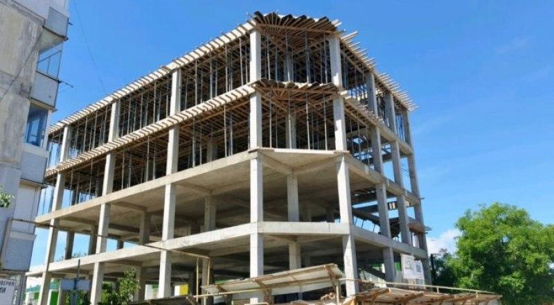 Пятиэтажный ТЦ начали строить в феврале на месте частного жилого дома.
