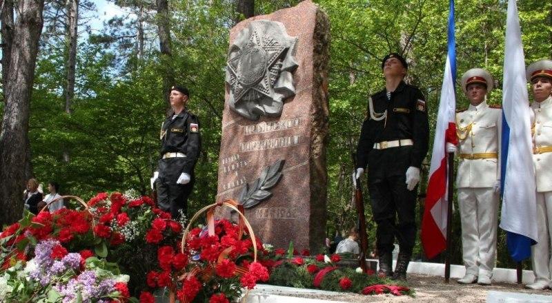 Память павших героев почтили и у памятного знака на Ангарском перевале. В годы войны здесь сражались партизаны Алуштинского, трёх Симферопольских, Зуйского, Биюк-Онларского, Сейтлерского отрядов, затем - бригады Северного соединения.