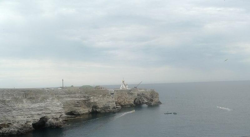 По всему Тарханкуту расположены бухты с кристально чистой водой.