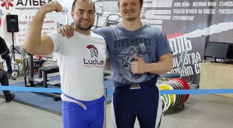 Отец Дмитрий (справа) и другой участник соревнований Андрей Гутлебет не скрывают радости от спортивных побед. Фото из архива Дмитрия ЧКАНЫ.