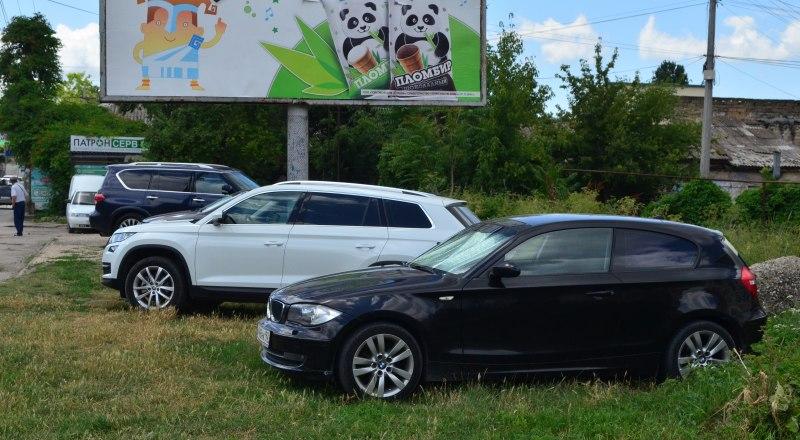 В Крыму парковка на газонах - распространённая практика, отчасти и потому, что штрафуют за это редко.