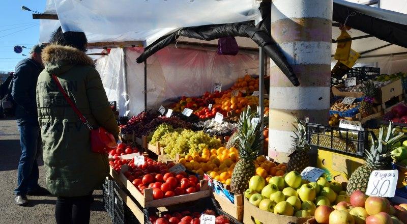 Крымских товаров на «Привозе» почти нет - в основном здесь торгуют привозными продуктами.