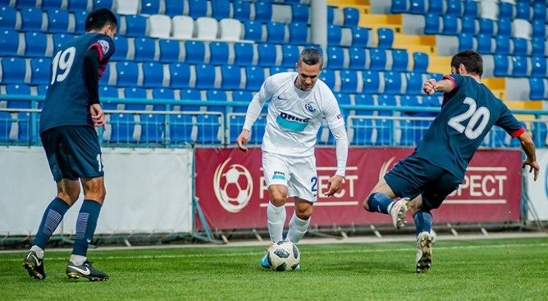 Севастопольские футболисты (в белой форме) атакуют позиции соперников из Симферополя.