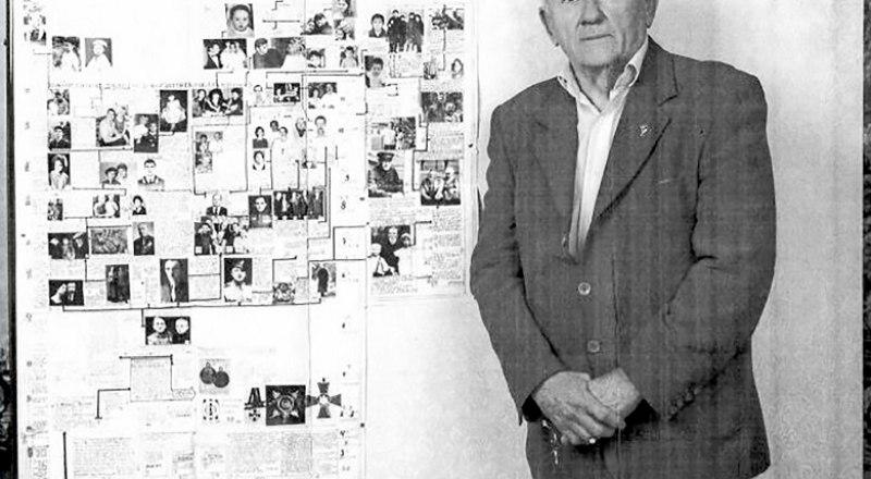 Олег Муравский, праправнук защитника Севастополя, у семейного фотодрева.