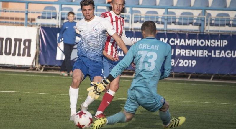 Гол в ворота соперников забивает лучший в истории КФС бомбардир севастополец Редван Османов.