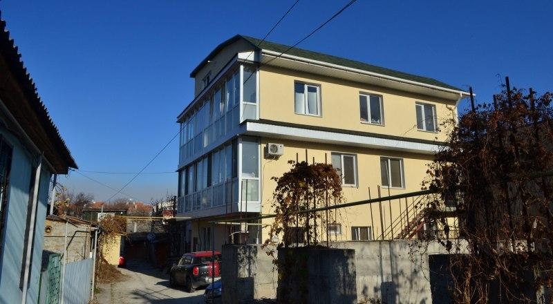 Самое доступное для съёма жильё - квартира-студия в «курятнике», которыми активно застраивается частный сектор.