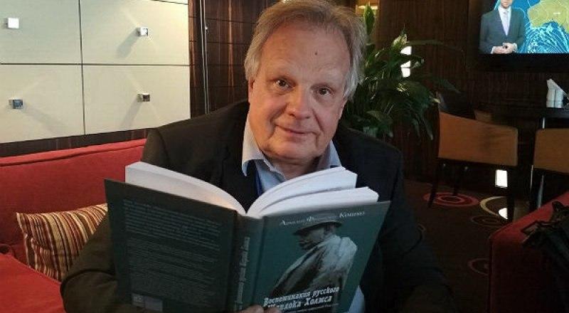 Дмитрий Кошко с вышедшей в Москве книгой прадеда.