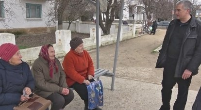 Пока члены правительства принимали граждан в сельсоветах, Сергей Аксёнов общался с местными жителями на улицах и в общественном транспорте.