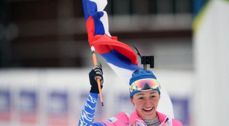С флагом Российской Федерации финиширует двукратная чемпионка мира среди юниорок по биатлону Анастасия Шевченко из Екатеринбурга.