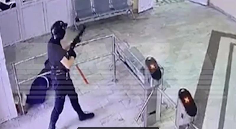 Стрелок без каких-либо помех прошёл в здание университета.